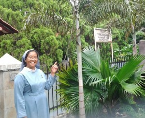 Suster Yohana AK dan Plang Nama Wisma Marganingsih