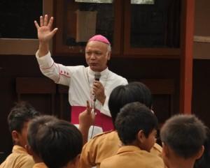 Mgr Puja dan anak-anak sekolah 1