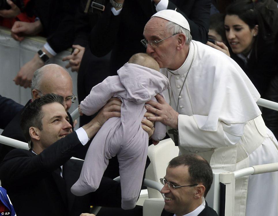 Paus Fransiskus mencium kening bayi