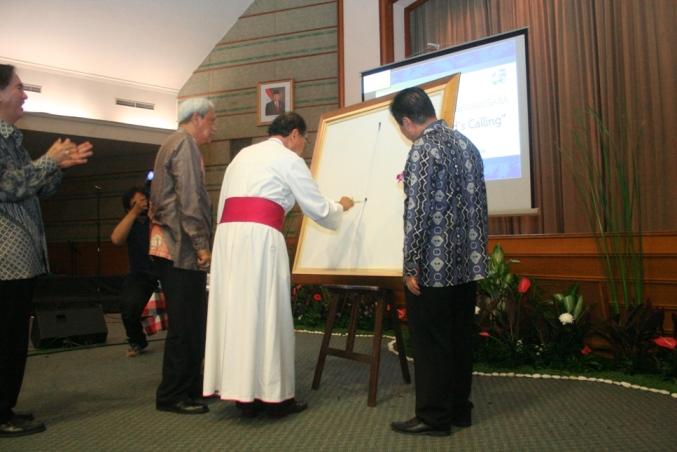 Mgr Hadi melukis nohtak salib