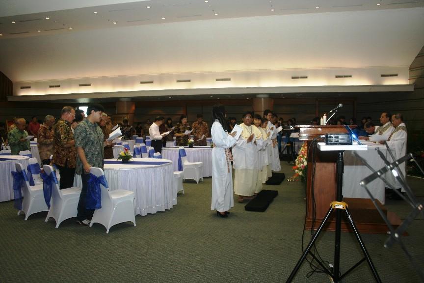 Misa 25 Tahun Yayasan Bhumiksara 3 imam cium altar
