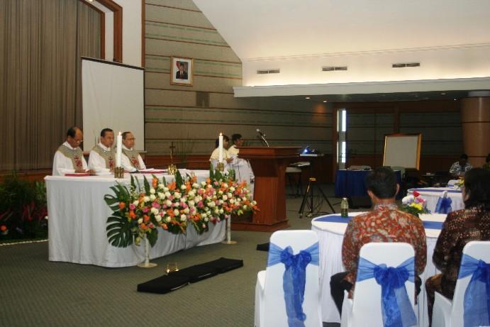 Misa 25 Tahun Yayasan Bhumiksara 3 imam di altar
