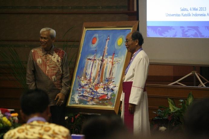 Sri Hady bersama lukisan dan Mgr Hadi