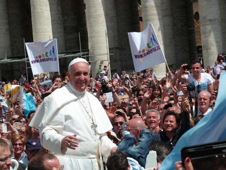 Paus Fransikus dan kerumunan orang banyak di lapanan santo petrus
