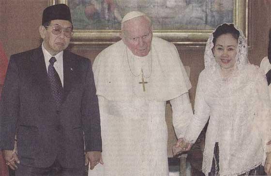 Paus Yohannes Paulus II dan Gus Dur dan Bu Shinta
