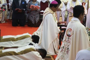 Dua imam baru meniarap sebagai tanda kerendahan hati