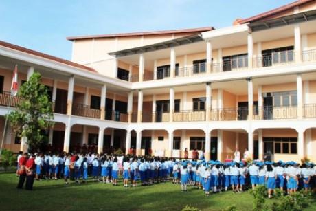 Charitas Para siswa-siswi SMP Charitas Belitang memenuhi halaman saat SMP ini hendak diberkati