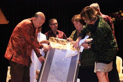 Dewan pimpinan Charitas Belanda menyerahkan Sertifikat Pengakuan kepada Dr Hardi (direktur RS RK Charitas Palembang)