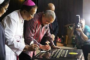 Gubernur Sumatera Selatan (H Alex Noerdin) dan Mgr Sudarso SCJ menandatangani prasasti peresmian RS RK Charitas Palembang