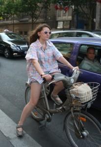 Perempuan bersepeda di Paris