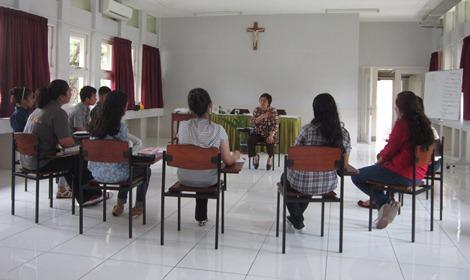 Mahasiswa Pemapan 2012 sedang berdiskusi dengan Prof. Bernadette Setiadi, psikolog dan mantan Rektor Unika Atma Jaya pada salah satu retret di Wisma Samadi.