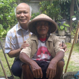 Mgr Puja bersama petani