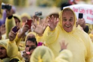 Paus Fransiskus memberkati umat setelah misa di Katedral Palo Leyte, Filipina (117/1)