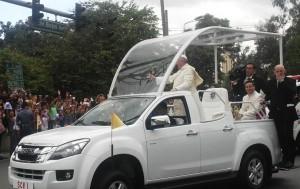 Paus Fransiskus di Manila melintas dengan jeepney