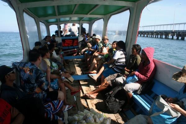 Penumpang dalam kapal perjalanan menuju Gili Trawangan Lombok