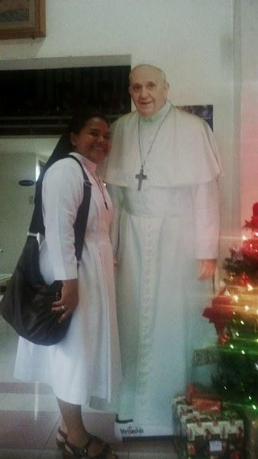 berfoto dengan gambar Paus Fransikus
