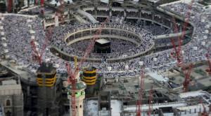 Pemandangan menunjukkan jamaah berdoa di Masjidil Haram dikelilingi crane konstruksi di Mekah, 14 Juli 2015