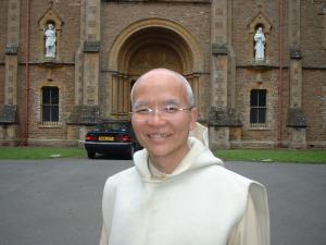romo martin suhartono di depan biara parkminster