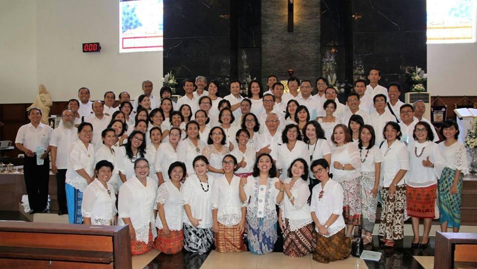 Koor Paroki St. Mikael Kranji di Bekasi saat tampil merayakan pesta perak gereja paroki. (Ist)