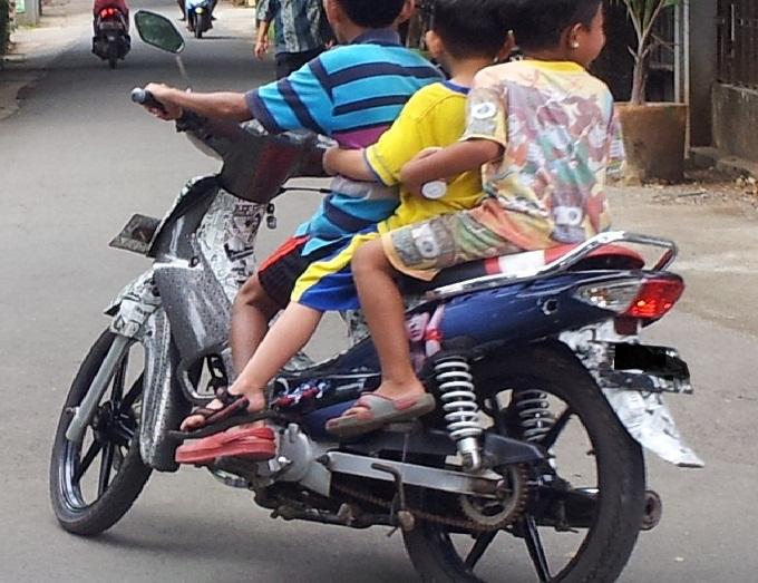 naik motor anak-anak
