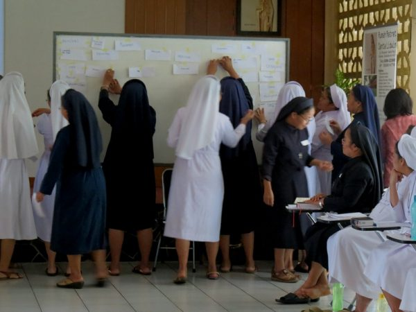 Diskusi serius menghasilkan paparan yang serius pula, lengkap dengan dinamika presentasi paparan hasil diskusi. Ini terjadi di forum pelatihan workshop semangat anti korupsi bersama para suster biarawati Suster-suster Fransiskan Sukabumi (SFS) di Rumah Retret St. Lidwina, Sukabumi, Jawa Barat, 12-14 Juli 2016.