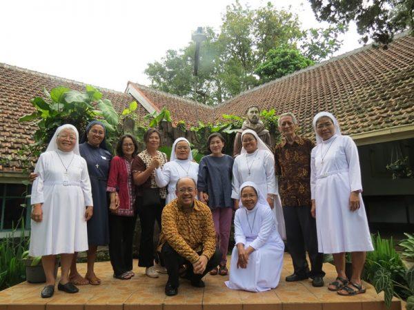 Panitia lokal Suster Fransiskan Sukabumi (SFS) bersama para pengampu lokakarya anti korupsi Tim Ehem! Yayasan Bhumiksara - KWI