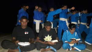 Bapak Pius Kolo, Stef Tefa, Ingrid Naijumolo dengan latar belakang anggota THS-THM (kiri ke kanan) / RD Felisius Bowe