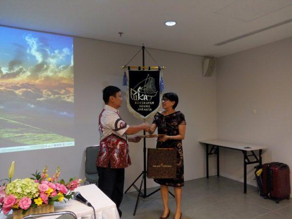 Ketua PUKAT KAJ Ina Susanti memberi kenangan kepada Surya Tjandra Ph.D, narasumber forum diskusi Jumper PUKAT KAJ. (Mathias Hariyadi/Sesawi.Net)