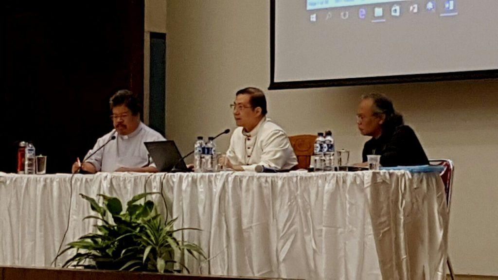 Uskup Keuskupan Malang Mgr. Henricus Pidyarto Gunawan O.Carm memberi paparan tentang menggelorakan semangat anti korupsi sebagai oleh-oleh Sidan KWI 2016. (Laurentius Suryono)