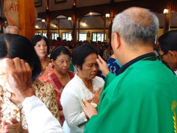 Sri Daryatmi, umat katolik Wilayah Trimasan, menerima Sakramen Minyak Suci lantaram umurnya  sudah mencapai angka di atas 60 tahun. (Laurentius Sukamta)