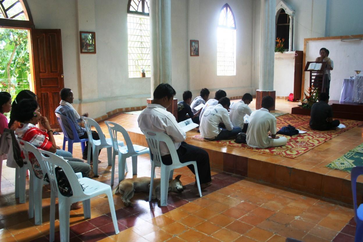 Mengikuti misa di Taom, Siem Reap, Kamboja