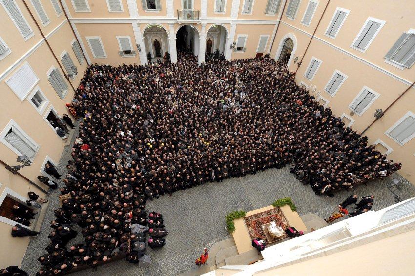 Papst Benedikt XVI. empfängt tausende Franziskaner