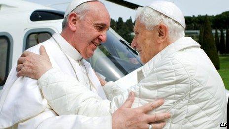 Paus berpelukan dengan benedictus 2 ok