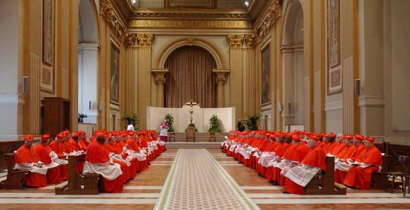 konklaf kardinal duduk berbaris
