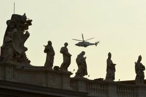 paus dan helikopter melintas di vatikan