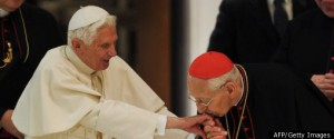 paus dan kardinal cium tangannya