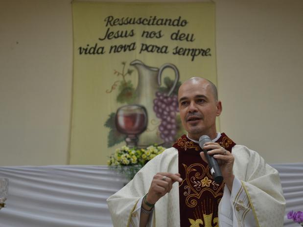 Padre Beto Brazil berjubah