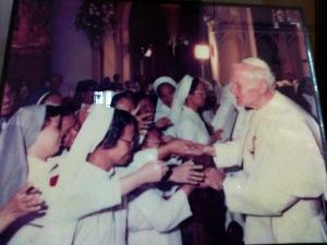 Paus Yohannes Paulus II dan para suster salaman