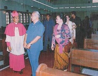 Presiden Suharto dan Mgr Bello