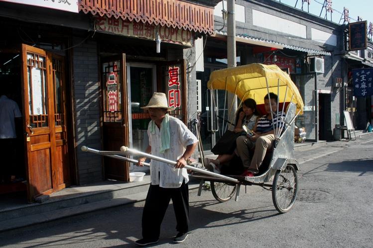 IMG_8851 rigshaw dengan dua penumpangnya email ok