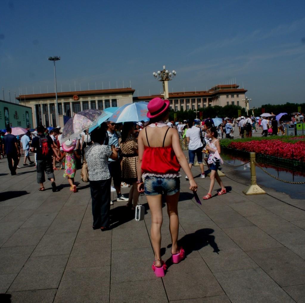 Perempuan China berpakain norak di Tiananmen Square email ok