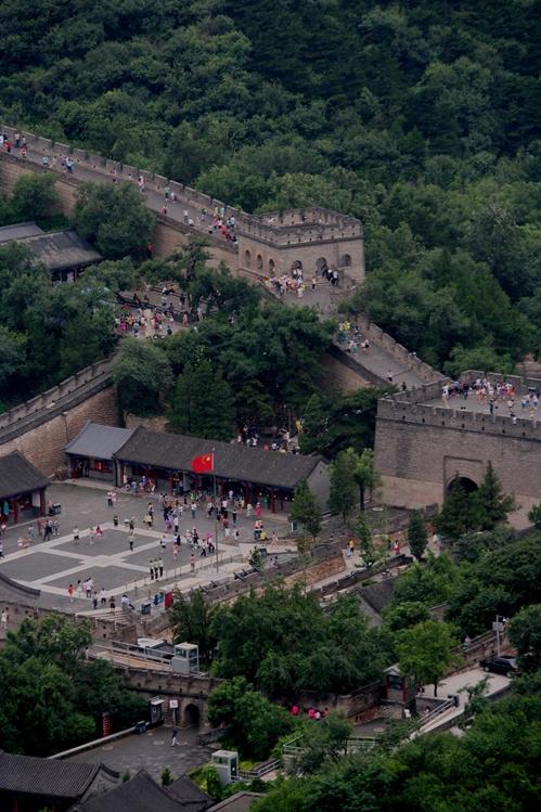 Tembok Besar China panorama ke bawah lapangan bendera email ok