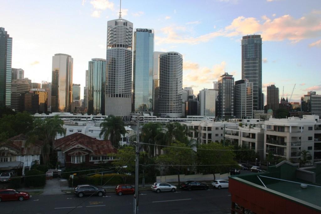Brisbane gedung di bawah jembatan