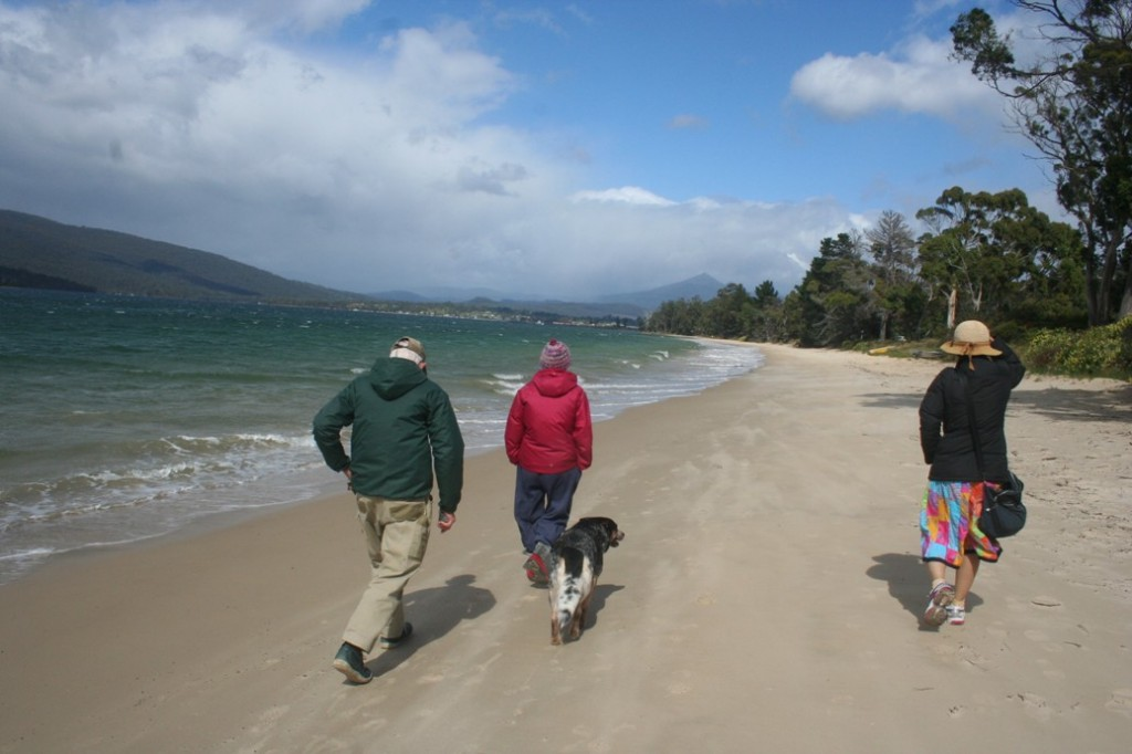 Jalan kaki menyusuri pantai pasir putih di Foreshore of Bay Esperance ok
