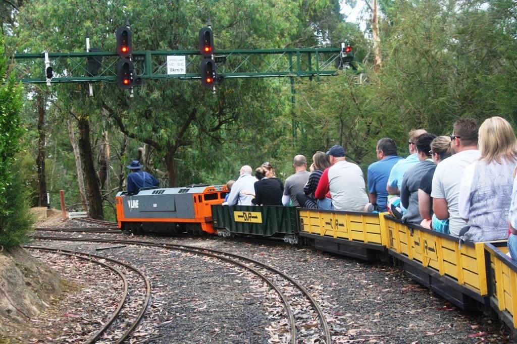 mini trains loko penumpang belok kiri