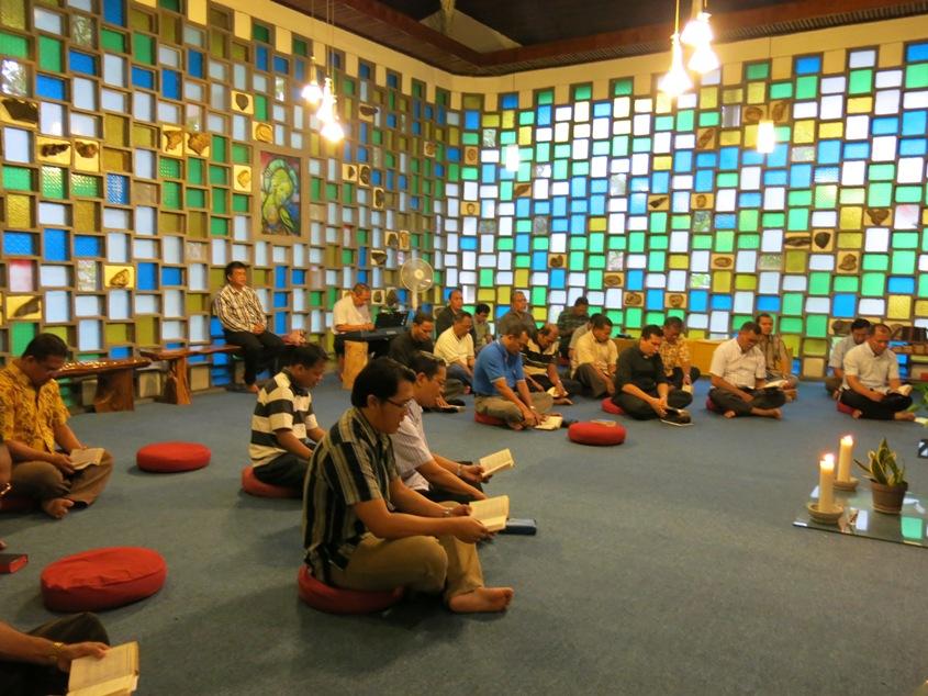 Girisonta kursus spiritualitas imamat Unio Indonesia berdoa di kapel