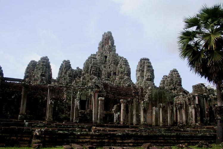 Bayonne Angkor Wat Kamboja latar depan ok