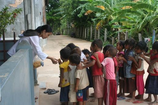 Gadis dari Jepang yang menjadi tenaga pengajar sukarelawan di Stasi Taom, Siem Reap bersama anak-anak. (Mathias Hariyadi)