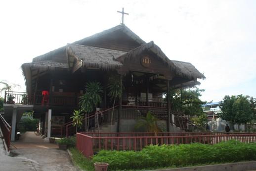 Gereja Katolik Siem Reap Kamboja latar depan