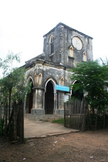 Gereja Stasi Taom Kamboja latar depan samping ok